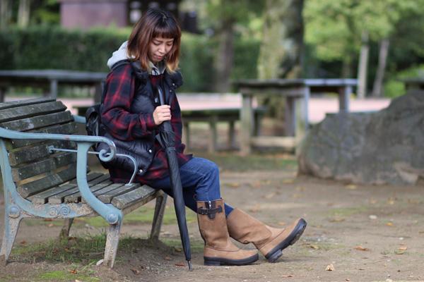 ミドルブーツの履いている写真